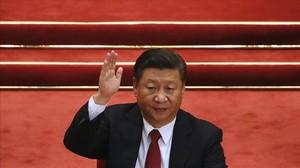 El presidente Xi alza el brazo en una votación en el congreso del Partido Comunista de China.
