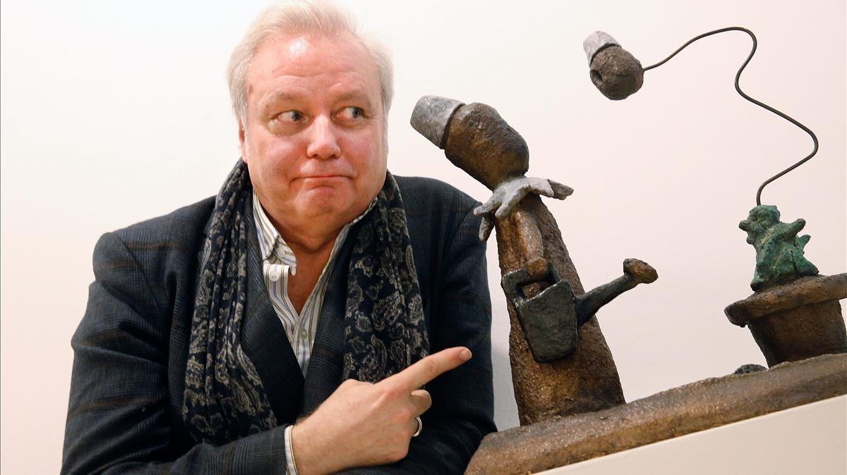 El artista Xavier, sobrino nieto de Picasso, junto a una de las esculturas de la serie Le jardin circonflexeen la galería Joan Gaspar.
