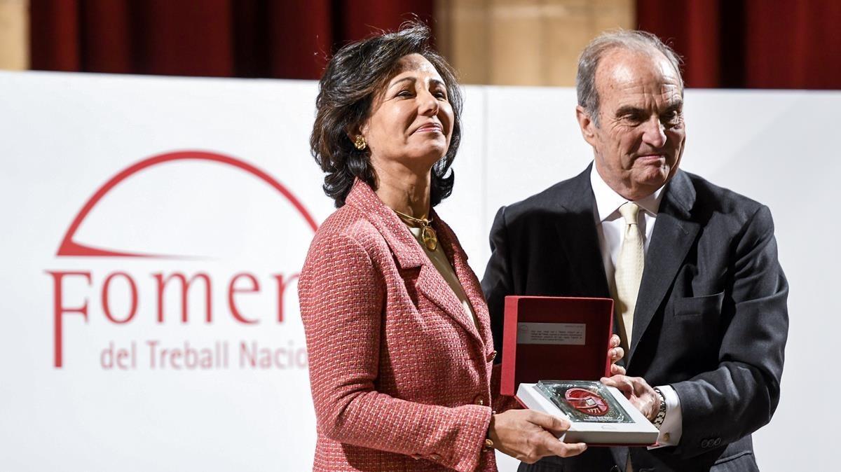 La presidenta del Banco Santander, Ana Botín, recibe la Medalla de Honor al Empresario del Año 2017 que otorga Foment del Treball de manos del presidente de la patronal, Joaquím Gay de Montella.