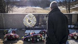 Un hombre medita ante el memorial erigido en Le Vernet en recuerdo de las víctimas del accidente de Germanwings, este sábado.