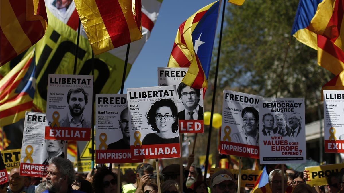 zentauroepp42946261 demonstrators wave esteladas or independence flags in barcel180415174553
