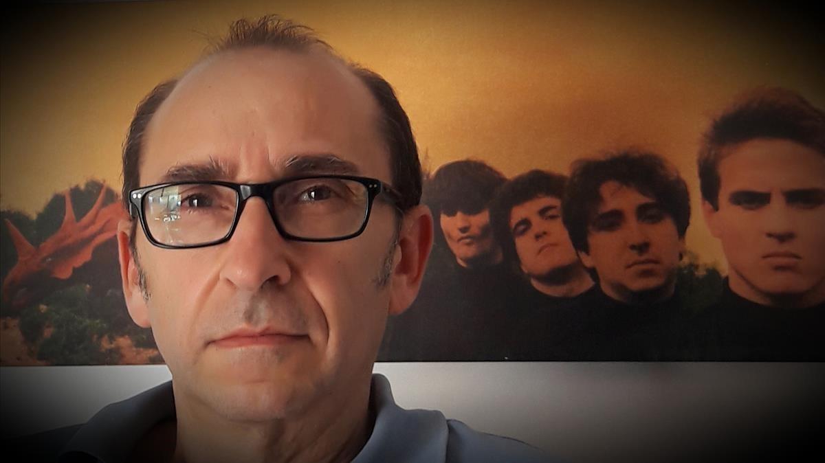 Miquel Gibert, cantante de La Granja, con la imagen del grupo que sirvió de portada para Soñando en tres colores, su segundo disco, detrás.