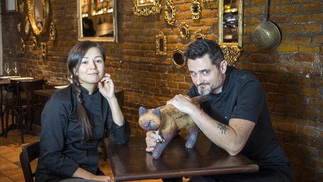 Dmitry Dúdin y Maria Tamgina, con un amigo gatuno en El Camino.