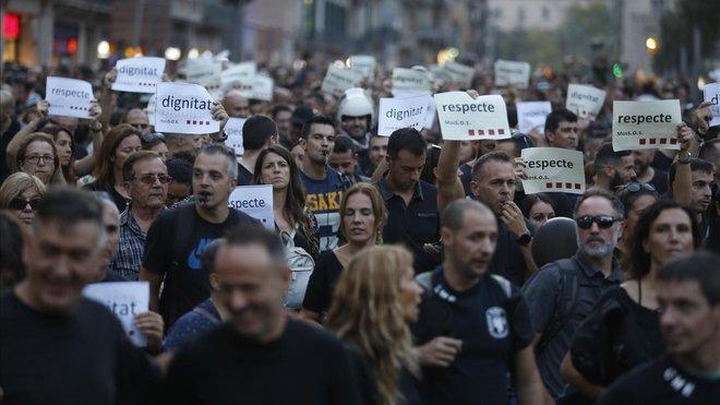 Agentes de los Mossos durante la movilización del pasado 6 de octubrepor Barcelona.