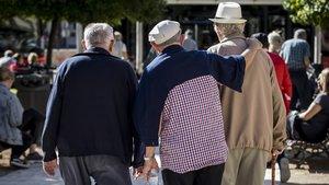 Un grupo de jubilados pasea en Valencia, en una imagen de archivo.