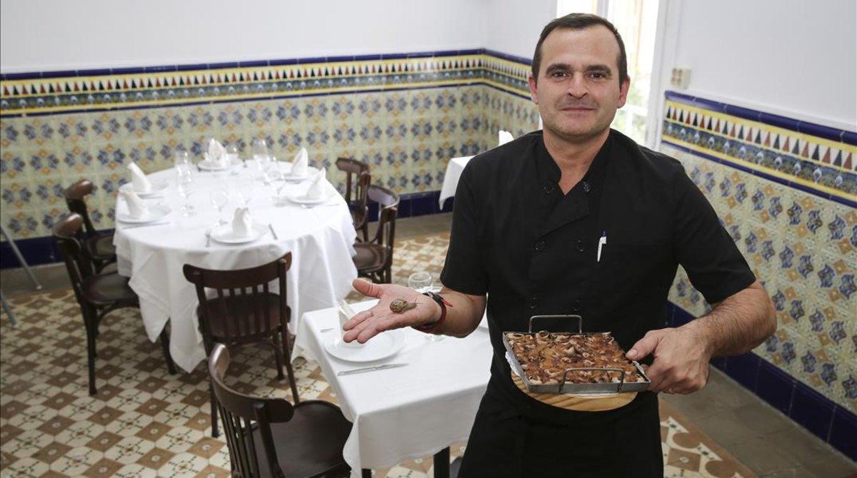 David Sala, del restaurante Tibet, en la calle Ramiro de Maeztu del Carmel, posa con unos caracoles.