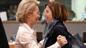 La ministra alemana de Defensa, Ursula von der Leyen, saluda a su homóloga francesa, Florence Parly, el 19 de noviembre del 2018 en Bruselas.