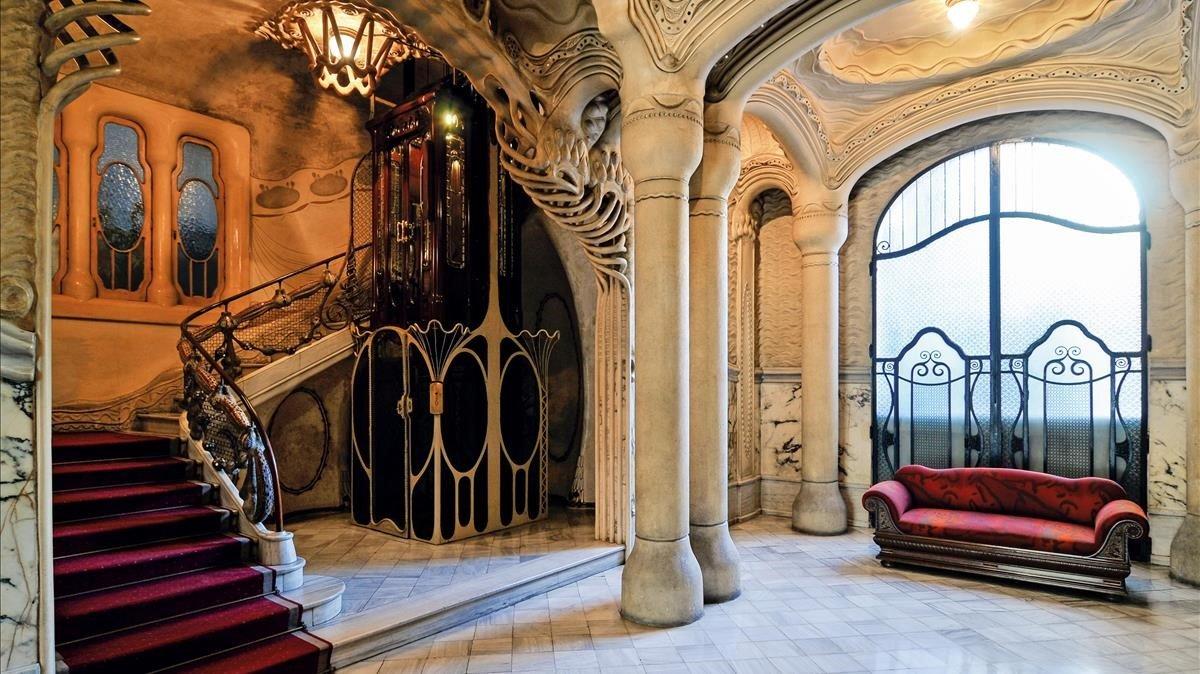 Vestíbulo de la Casa Sayrach, el edificio más conocido y reconocido del arquitecto Manuel Sayrach.