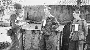 Martin Selling, interrogando a dos prisioneros alemanes, cerca del frente, en Francia, en 1944.