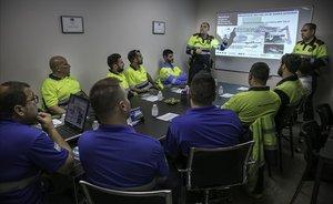 Clase de seguridad vial a chóferes de grúas de asistencia impartida por mossos desquadra, el pasado jueves.