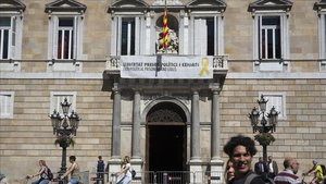 La pancarta a favor de los independentistas presos que cuelga del Palau de la Generalitat.