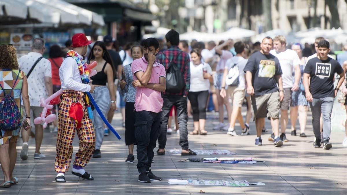 La varietat de perfils del 'top manta' complica la seva erradicació a Barcelona