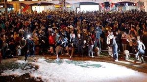 Dues mil persones convocades pels CDR omplen la plaça d'Espanya de Barcelona de sabó