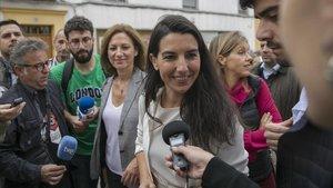 Rocío Monasterio atiende a la prensa ante un centro para menas en Sevilla.