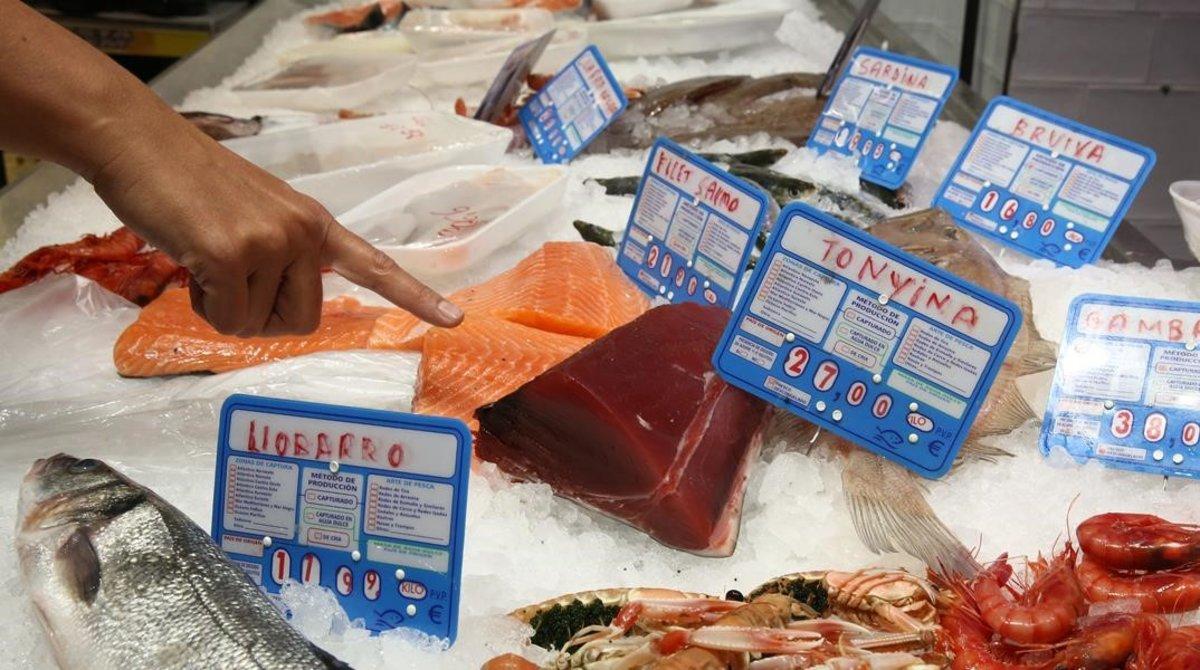 Una pieza de atún rojo, entre otros pescados, en un supermercado Keisy.