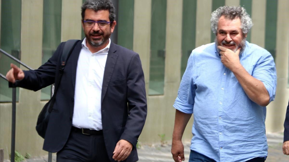 Víctor Terradellas (con camisa azul), junto con su abogado, en mayo del 2018 saliendo de los juzgados.