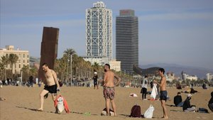 Ambiente veraniegoen la playa de la Barceloneta, la mañana del 27 de diciembre.