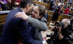 Pedro Sánchez y Pablo Iglesias se abrazan en el Congreso tras conseguir la investidura con su pacto de Gobierno el pasado 7 de enero.