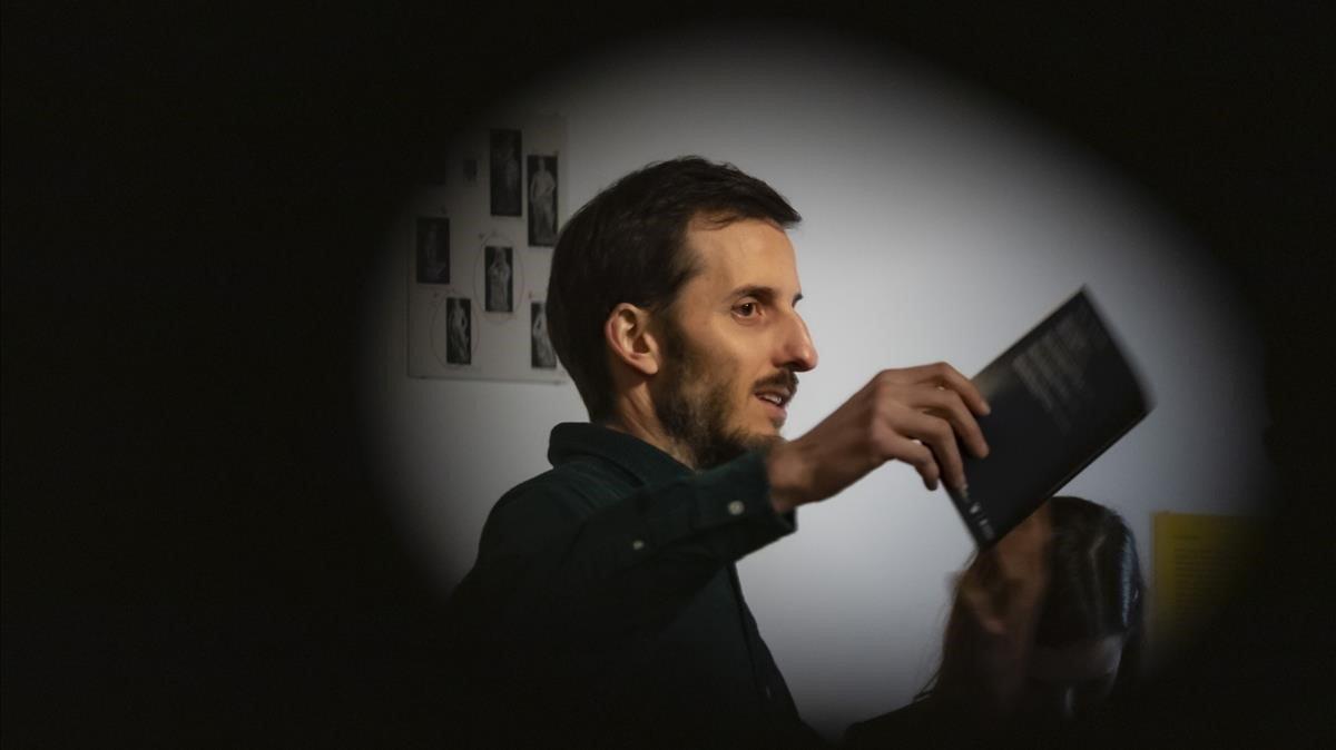 El artista urbano Escif se ha dejado ver en la presentación de la exposición 'Qué pasa con los insectos después de la guerra'