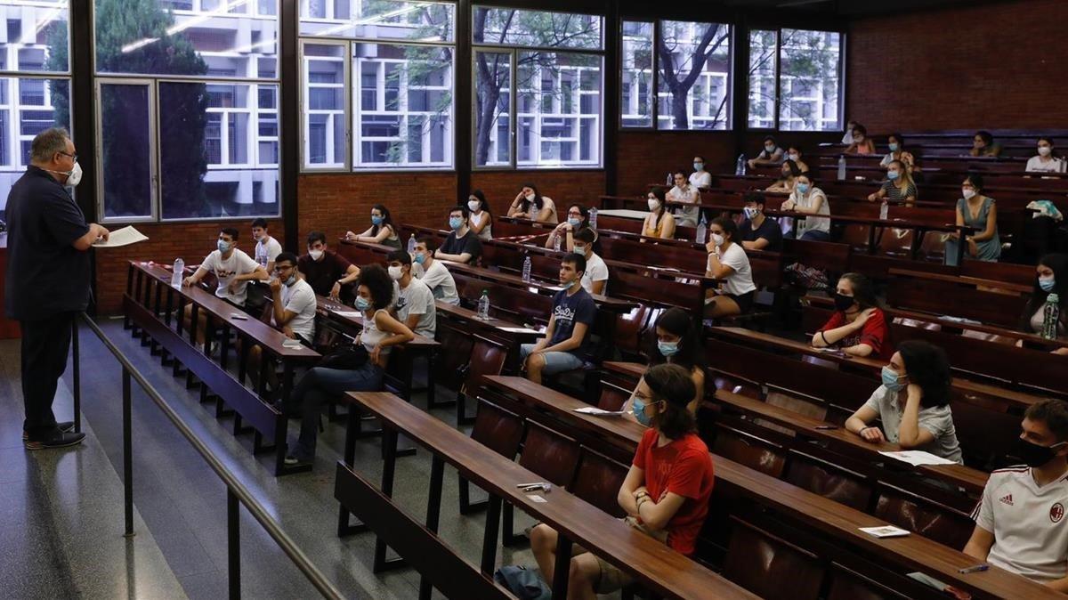 Instrucciones antes del examen de las PAU en la Facultat d'Economia i Empresa de la UB.