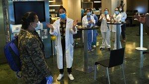 Aplausos del personal sanitario y de un hotel a la salida de uno de los pacientes recuperados.