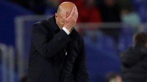 Zidane se lamenta durante el Getafe-Madrid en el Coliseum Alfonso Pérez.