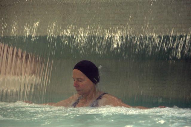 Una señora se relaja en un spa de Barcelona.