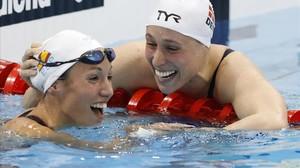 Jessica Vall (izquierda) es felicitada con cariño por Rikke Moeller Pedersen tras colgarse respectivamente la plata y el oro en los 200 metros braza en los Europeos de natación de Londres.