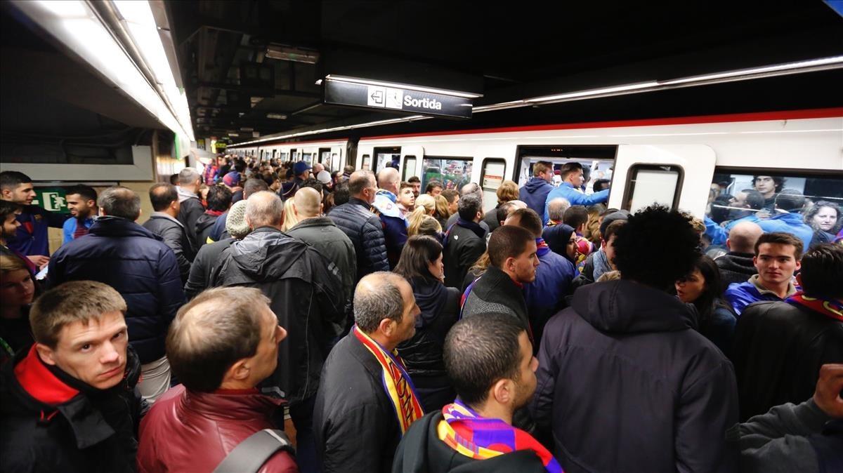 Usuarios del metro un día de partido del Barça