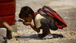 zentauroepp39854305 topshot a displaced child from the islamic state is grou170829164617