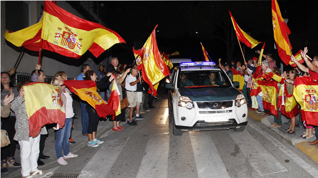 Desenes de persones acomiaden a Algesires guàrdies civils que van a Catalunya