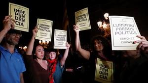 Concentración de protesta por la decisión judicial de encarcelar a los dirigentes de la ANC y Òmnium Cultural, en la plaça de Sant Jaume.
