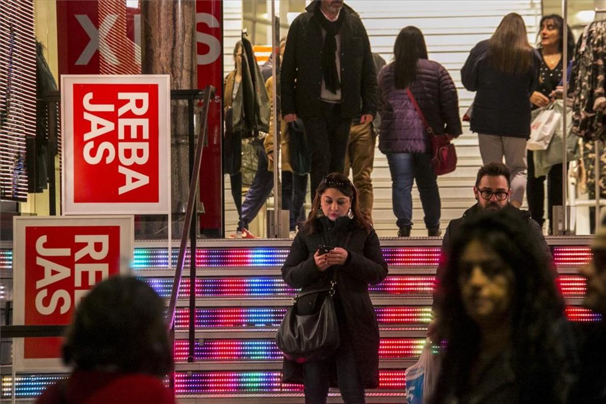 Rebajas de invierno el 2 de enero del 2018 en el centro de Barcelona.