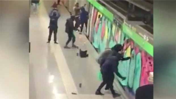 Una veintena de grafiteros pintan dos convoyes de la línea 3 del Metro.