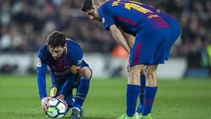 Messi se prepara para lanzar su magistral falta ante el Girona que acabó en gol.