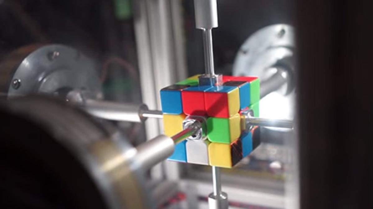 Un robot hace un cubo de Rubik en 0,38 segundos.