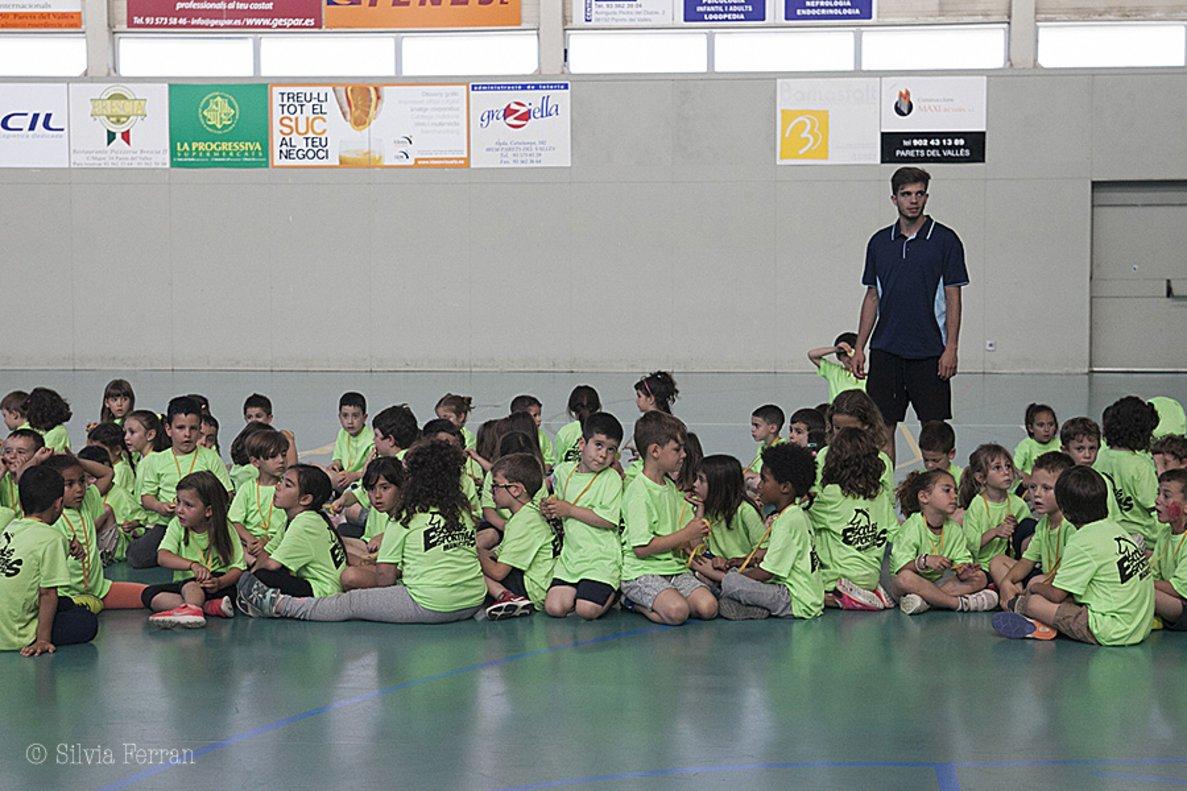 Niñas y niños de Parets del Vallès en el acto de clausura de los juegos escolares.