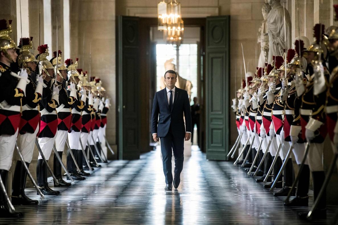 El presidente francés, Emmanuel Macron, camina por la Galería de los Bustos del Palacio de Versalles, en julio pasado.