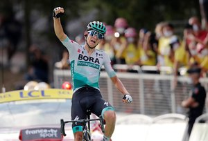 El alemánLennard Kämna entra triunfador en la etapa 16 del Tour.