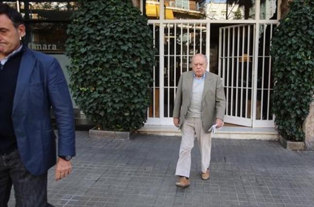 9.50 horas. El 'expresident' Jordi Pujol sale de su domicilio en la ronda General Mitre de Barcelona.