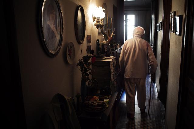 Un anciano, en su domicilio.