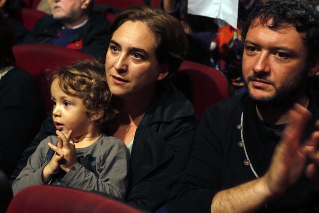 ADA COLAU, CON LUCA Y ADRIÀ ALEMANY. La futura alcaldesa de Barcelona, con su hijo de 4 años y su pareja, en la asamblea ciudadana de Podemos, el pasado noviembre.
