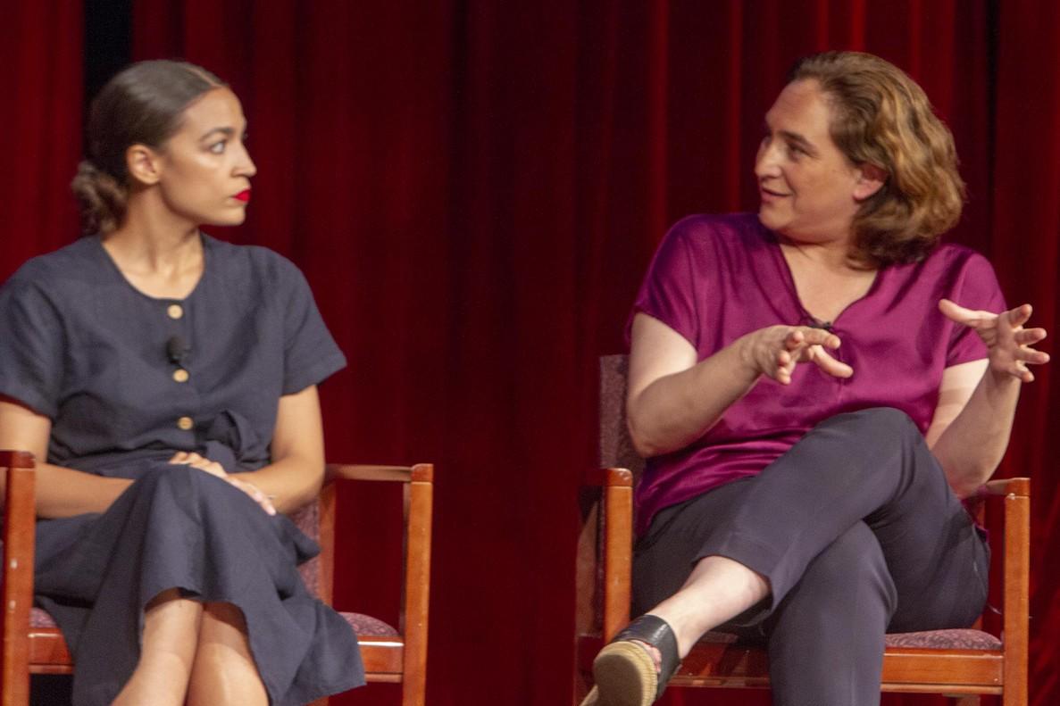 Ada Colau y la dirigentedemócrata Alexandria Ocasio Cortez, en un acto en la Universidad de Nueva York, este lunes.