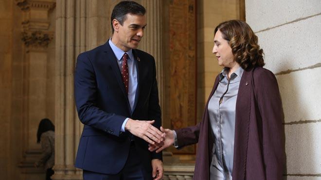 Ada Colau recibe a Pedro Sánchez en el Ayuntamiento de Barcelona.