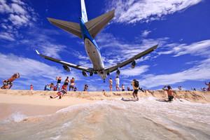 Los aviones pasan a escasos metros de la playa.
