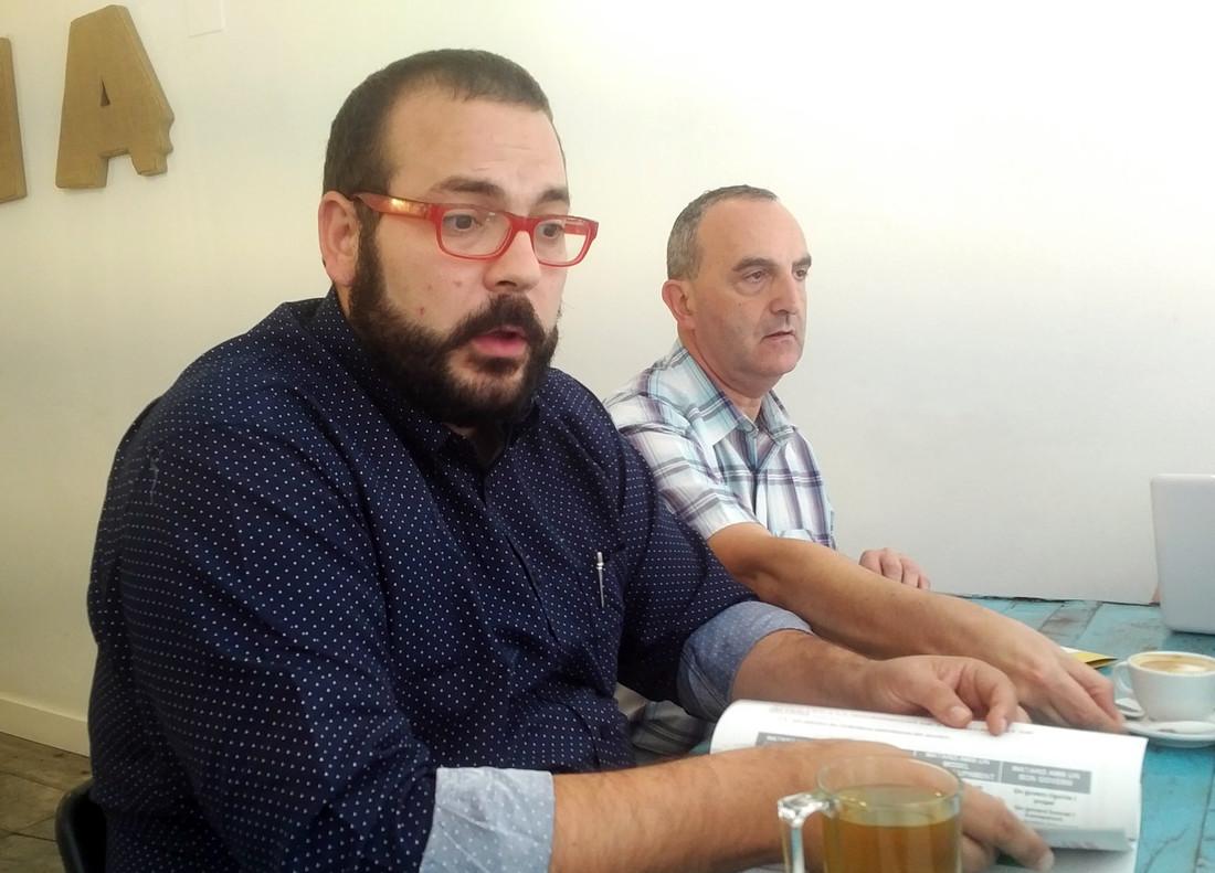 El alcalde de Mataró, David Bote, junto al primer secretario del PSC local, Juan Carlos Jérez, este lunes en una comparecencia ante la prensa.