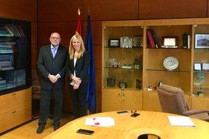 La alcaldesa, Ana María Martínez, con el director general de Carreteras del Gobierno, Francisco Javier Herrero