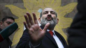 El primer ministro armenio,Nikol Pashinian, tras votar en Ereván.