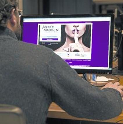 Un hombre accede a una web de infidelidades.