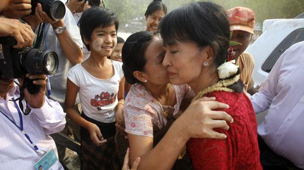Aung San Suu Kyi va a votar en unes eleccions històriques a Birmània.